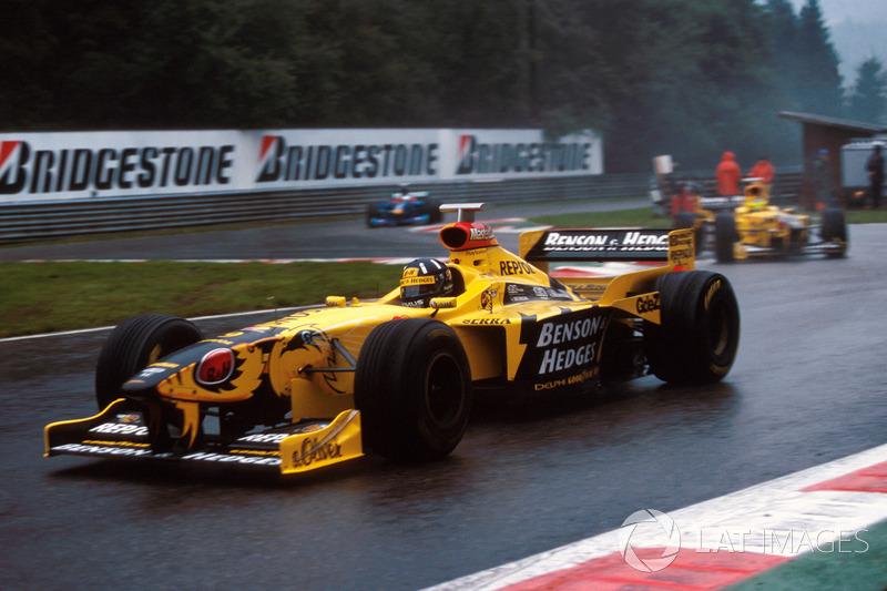 В гонке 1998 года финишировало всего восемь пилотов, а в массовый завал на первом круге было вовлечено 15 машин. Кроме того, победа Дэймона Хилла в том Гран При стала первой в истории Jordan и последней в карьере самого англичанина