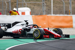 Romain Grosjean, Haas F1 Team VF-18, bloque une roue