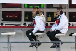 Ruth Buscombe, Alfa Romeo Sauber F1 Team Race Strategist and Xevi Pujolar, Alfa Romeo Sauber F1 Team Head of Track Engineering