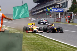 Mark Webber, Red Bull Racing RB5 and Fernando Alonso, Renault F1 Team R29
