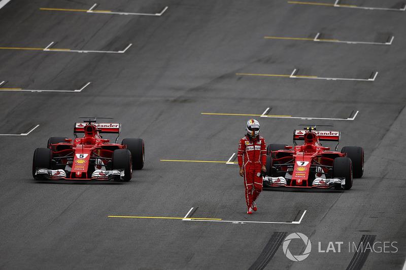 Sebastian Vettel, Ferrari, Kimi Raikkonen, Ferrari, sıralama turları sonunda araçlarını yanlış yere park ediyor