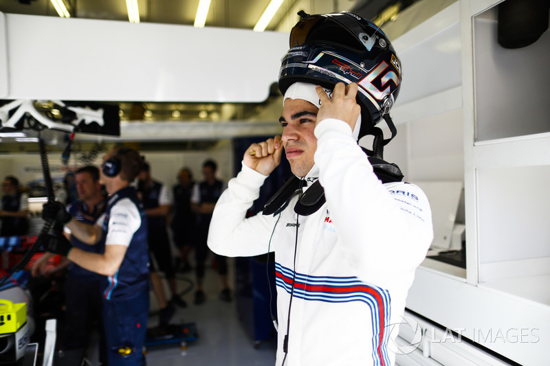 Lance Stroll, Williams Racing, puts his helmet on