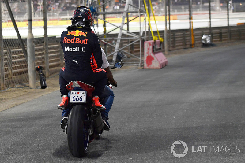 Max Verstappen, Red Bull Racing sur une moto après son accident
