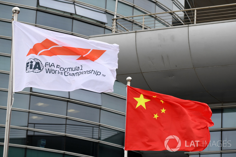 Флаг FIA и флаг Китая