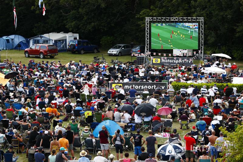Los fanáticos se reúnen alrededor de una pantalla para la el juego de la Copa Mundial Inglaterra v Suecia