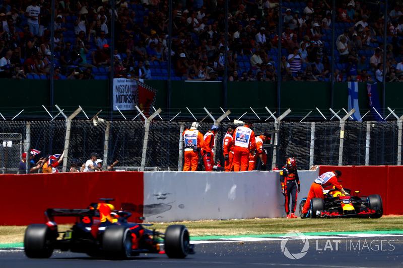 Max Verstappen, Red Bull Racing RB14, après son accident, regarde passer Daniel Ricciardo, Red Bull Racing RB14