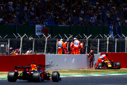 Max Verstappen, Red Bull Racing RB14, after his crash, as Daniel Ricciardo, Red Bull Racing RB14, passed