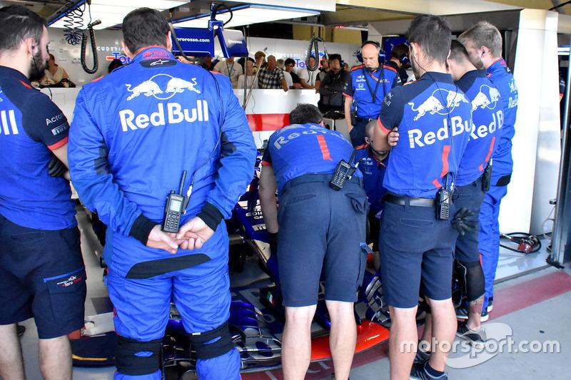 Mecánicos revisando el coche de Pierre Gasly, Scuderia Toro Rosso STR13