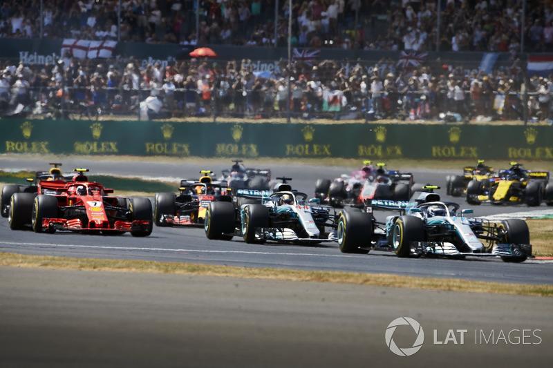 Valtteri Bottas, Mercedes AMG F1 W09, precede Lewis Hamilton, Mercedes AMG F1 W09, Kimi Raikkonen, Ferrari SF71H, e il resto del gruppo alla partenza della gara