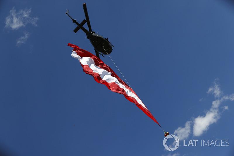 Elicottero con una bandiera austriaca