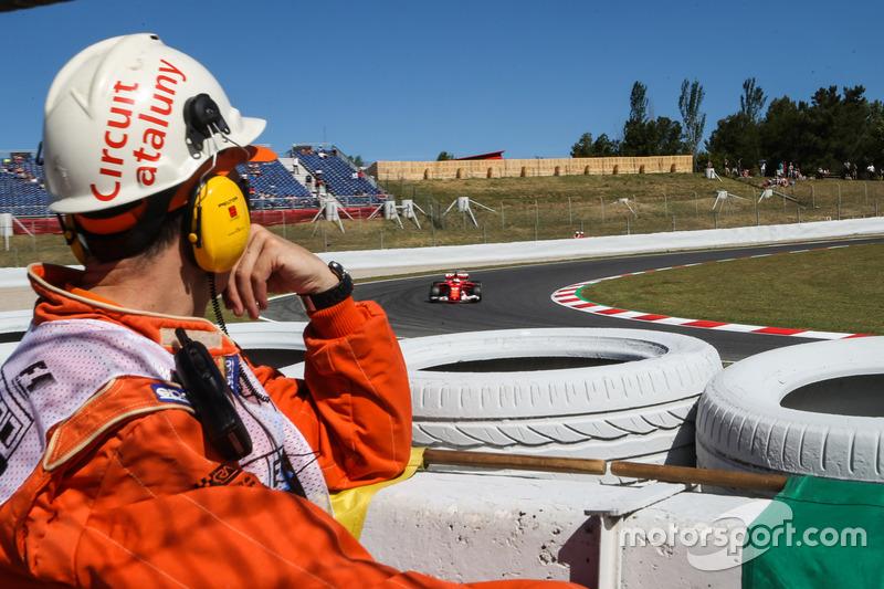 Oficial de pista observan a Sebastian Vettel, Ferrari SF70H