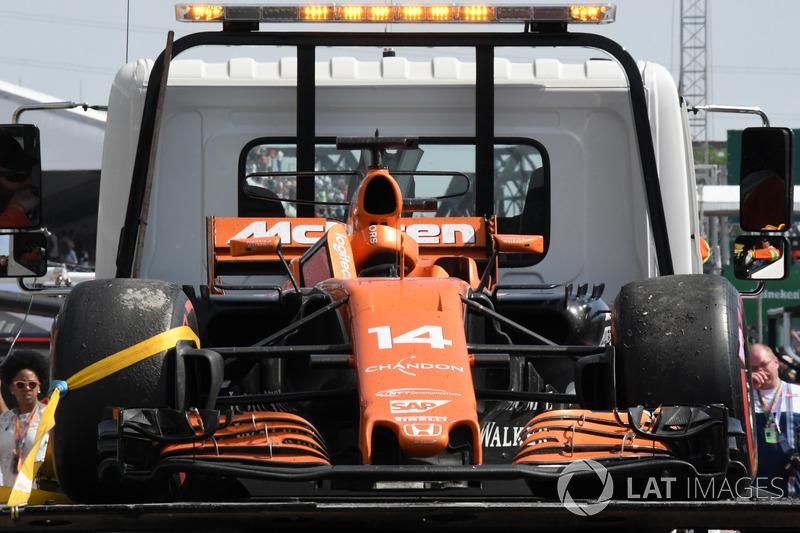 La voiture de Fernando Alonso, McLaren MCL32 après son abandon