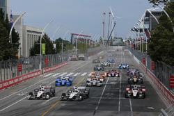 Start: Helio Castroneves, Team Penske Chevrolet, Simon Pagenaud, Team Penske Chevrolet aan de leiding