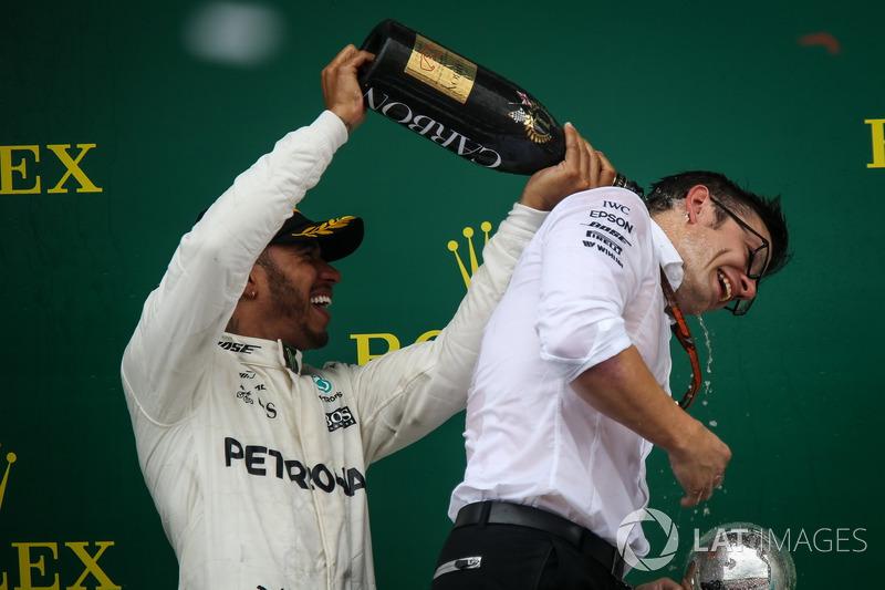 Ganador de la carrera Lewis Hamilton, Mercedes AMG F1 y Peter Bonnington, Mercedes AMG F1 ingeniero de carrera celebra con champaña en el podio