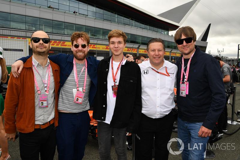 Zak Brown, McLaren-Chef, mit Musikern der Band Kaiser Chiefs