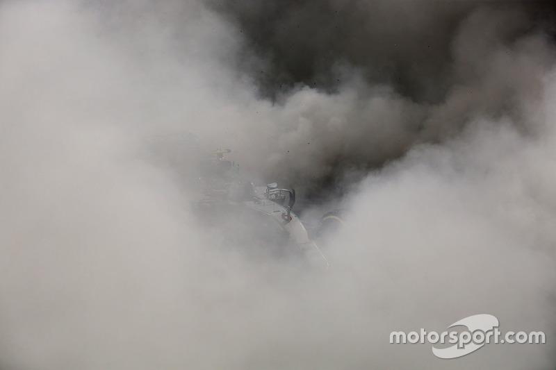 Segundo lugar a Nico Rosberg de Mercedes AMG F1 W07 celebra su campeonato del mundo al final de la carrera