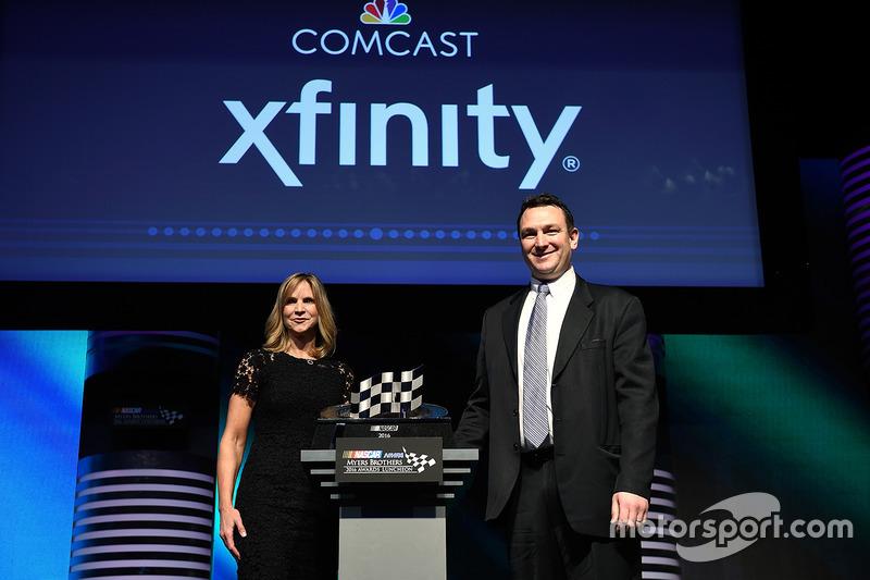 Jill Gregory, vicepresidente senior y director de marketing de NASCAR, y Matt Lederer, director ejecutivo de Comcast Sports Brand Strategy, posan con el Premio al Logro de Marketing de NASCAR durante el almuerzo NMCAR Premios Premios Myers de NASCAR