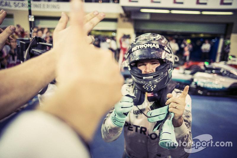 Nico Rosberg, de Mercedes AMG F1, 2016 victoria del Campeonato Mundial detrás de las cámaras