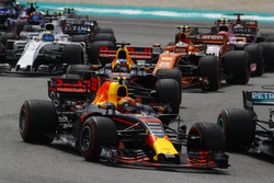 Max Verstappen, Red Bull Racing RB13, Daniel Ricciardo, Red Bull Racing RB13, Stoffel Vandoorne, McLaren MCL32, Sergio Perez, Sahara Force India F1 VJM10, Felipe Massa, Williams FW40 at the start