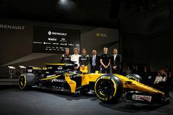 Слева направо: гонщик Renault Sport F1 Нико Хюлькенберг, директор Microsoft по товарному маркетингу Пепин Рихтер, гонщик Renault Sport F1 Джолион Палмер, исполнительный директор Castol Мандир Сингх, третий пилот Renault Sport F1 Сергей Сироткин, генеральны