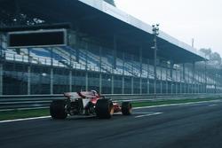 La Ferrari 312B percorre il rettifilo Tribune del Circuito di Monza per le riprese del documentario di cui è protagonista. Alla guida Paolo Barilla.