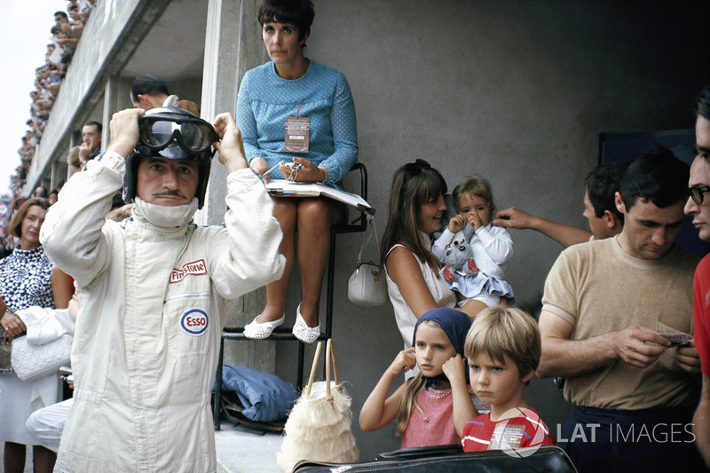 1967 - Graham Hill gets ready in the pits, surrounded by his family including his wife Bette and a young Damon