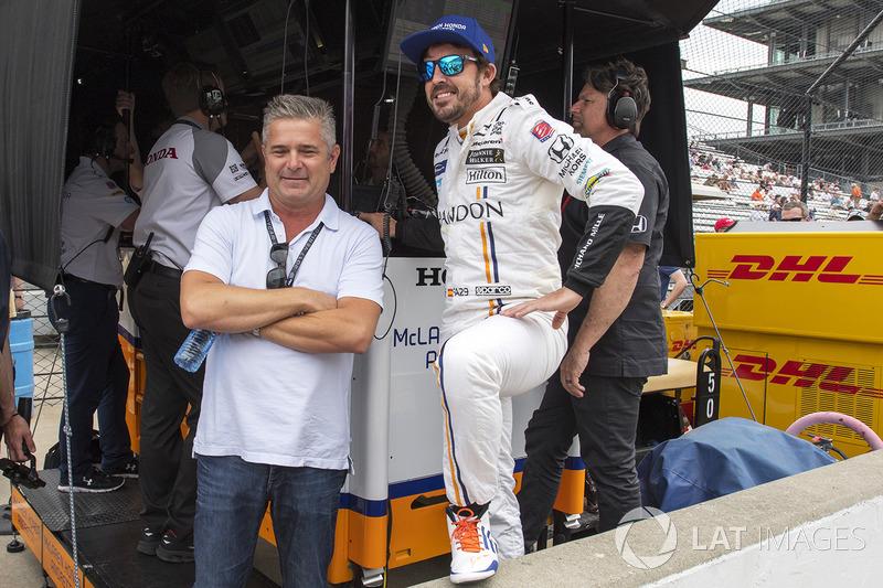 Фернандо Алонсо, Andretti Autosport Honda, розмовляє з Жилем де Ферраном