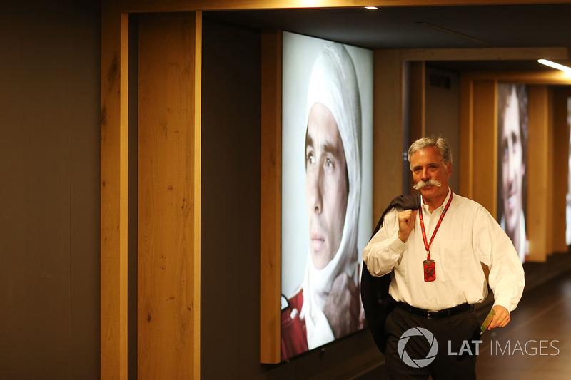 Чейз Кэри проходит мимо портрета Айртона Сенны