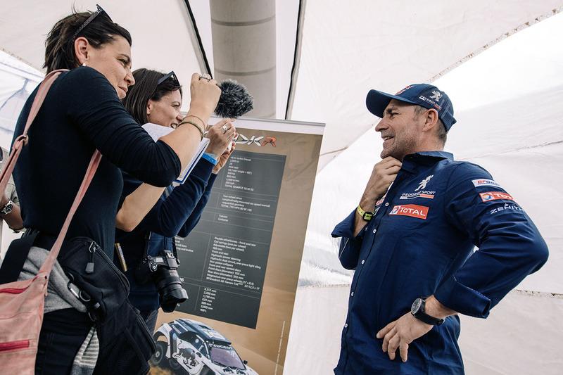 Stéphane Peterhansel, Peugeot Sport con los medios