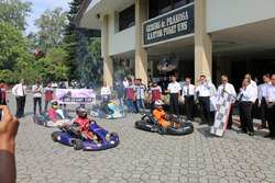 Ravik Kibarkan Bendera Start dalam Peresmian UNS Go Kart Team