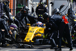 Jolyon Palmer, Renault Sport F1 Team RS17, pit stop action
