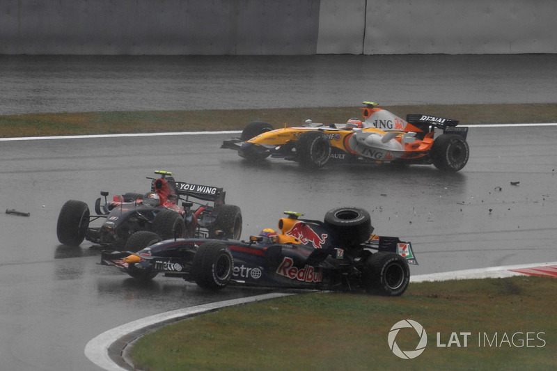 Accidente entre Sebastian Vettel, Toro Rosso STR02 y Mark Webber, Red Bull Racing RB3.