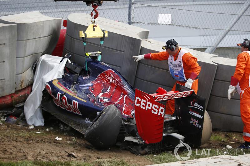 Болід Scuderia Toro Rosso STR10 Карлоса Сайнса в бар'єрі Tecpro