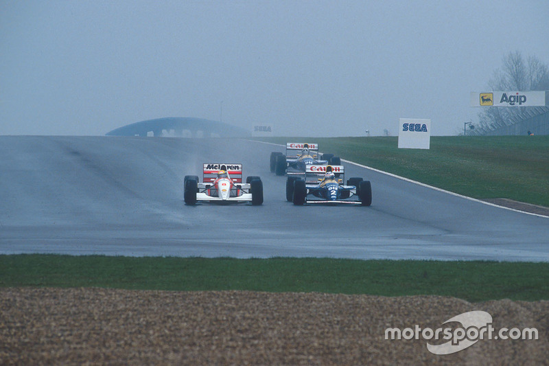 In Kurve 7 kassierte Senna Hill und holt sich in Kurve 10 die Führung von Prost