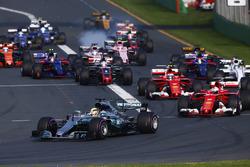 Inicio: Lewis Hamilton, Mercedes AMG F1 W08, lidera a Sebastian Vettel, Ferrari SF70H, Kimi Raikkonen, Ferrari SF70H, Felipe Massa, Williams FW40