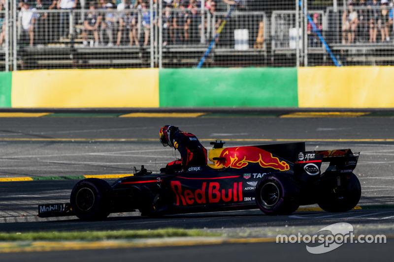 Daniel Ricciardo, Red Bull Racing, retires from the race