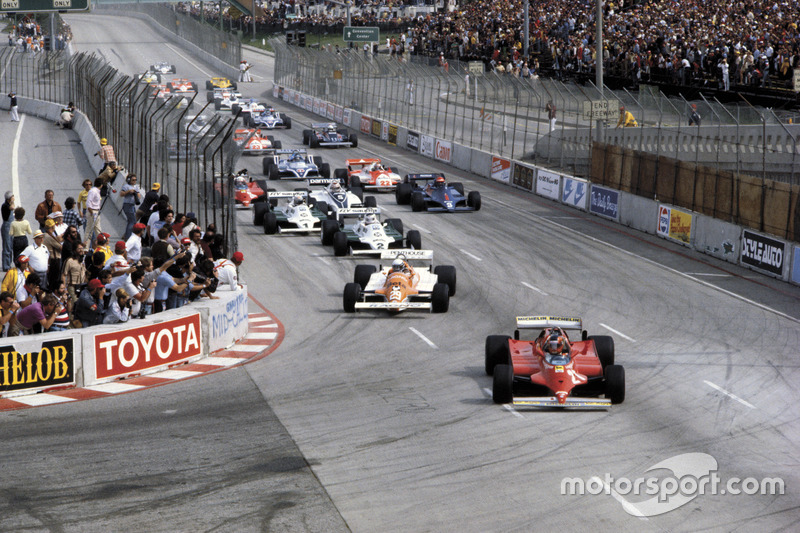 Gilles Villeneuve, Ferrari 126C leads the field at the start