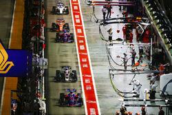 Карлос Сайнс-молодший, Scuderia Toro Rosso STR12, Кевін Магнуссен, Haas F1 Team VF-17, Данііл Квят, Scuderia Toro Rosso STR12, Фернандо Алонсо, McLaren MCL32, на піт-лейні