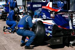 Des membres de United Autosports au travail