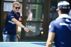 Marcus Ericsson, Sauber, Pascal Wehrlein, Sauber, jouent au tennis de table