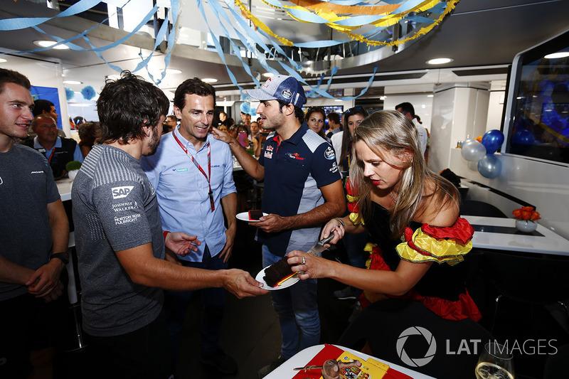 Фернандо Алонсо, McLaren, святкує свій день народження, Педро де ла Роса, Карлос Сайнс-молодший, Scu