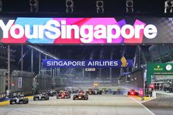 Старт гонки: Нико Росберг, Mercedes AMG F1 W07 Hybrid, Нико Хюлькенберг, Sahara Force India F1 VJM09