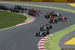 Нико Росберг, Mercedes AMG F1 W07 Hybrid едет впереди Льюиса Хэмилтона, Mercedes AMG F1 W07 Hybrid н