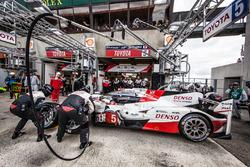 Pit stop and last driver change for #5 Toyota Racing Toyota TS050 Hybrid: Anthony Davidson, Sébastien Buemi, Kazuki Nakajima