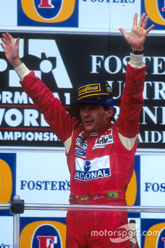 Podium : le vainqueur Ayrton Senna, McLaren fête sa victoire