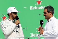 Lewis Hamilton, Mercedes AMG F1 en el podio con Juan Pablo Montoya