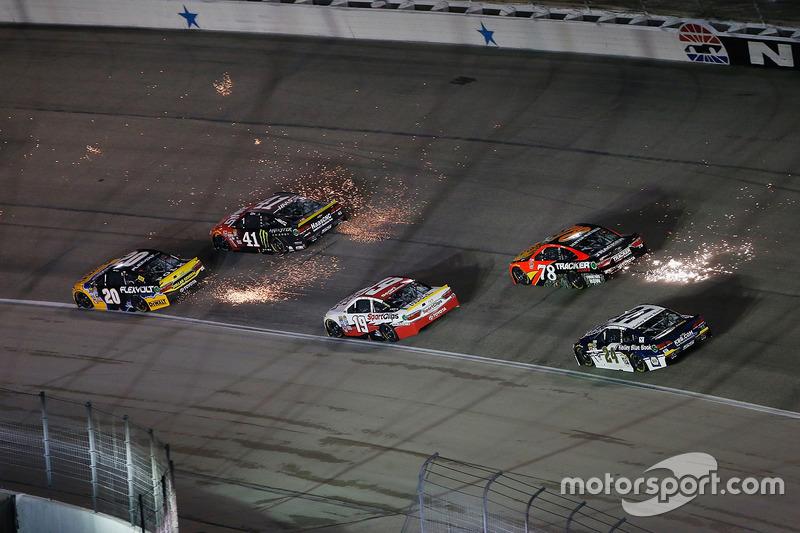 #10: Funkenflug beim NASCAR-Nachtrennen