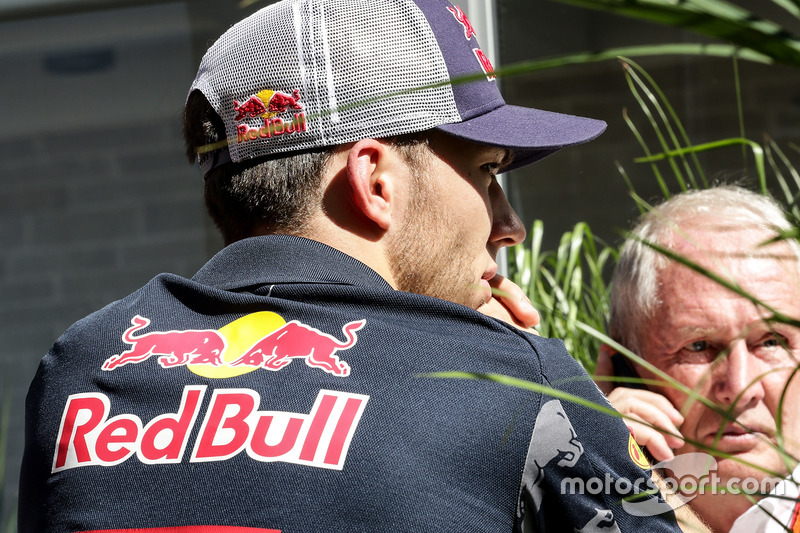Pierre Gasly, Red Bull Racing tercer conductor con el Dr. Helmut Marko, asesor de Red Bull Motorsport