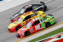 Kyle Busch, Joe Gibbs Racing Toyota, et Joey Logano, Team Penske Ford