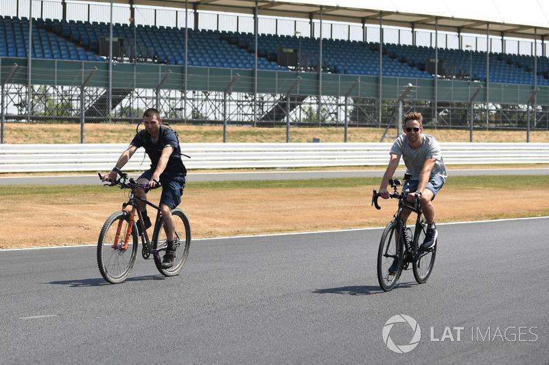 Guy Martin dan Jenson Button, McLaren bersepeda keliling sirkuit